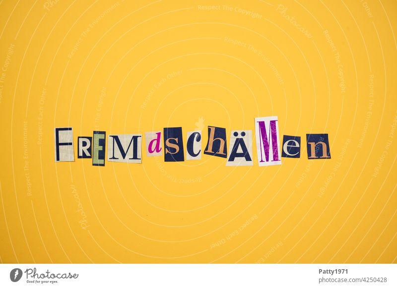 Ausgeschnittene Zeitungsbuchstaben bilden das Wort Fremdschämen Scham verstecken Gesellschaft (Soziologie) zeitungsbuchstaben collage ausgeschnitten anonym