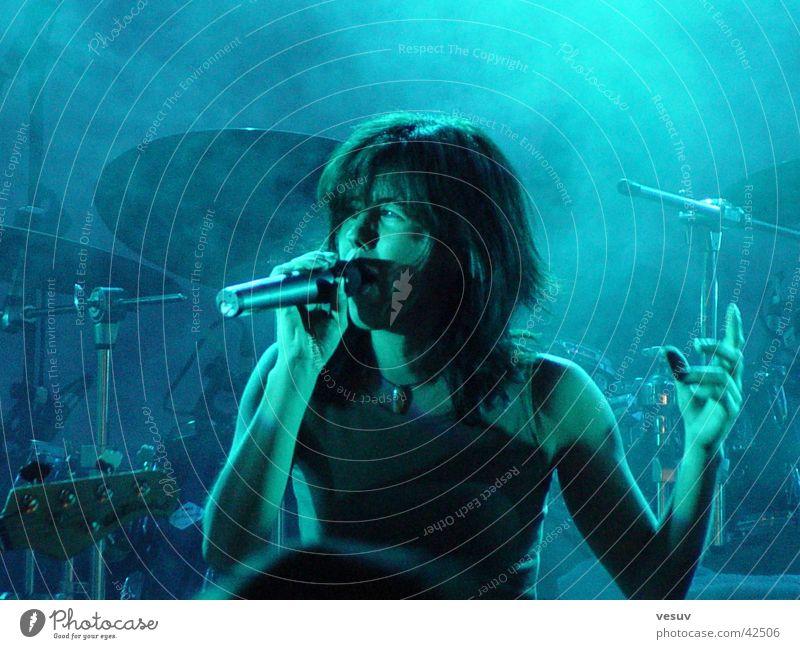Let's Rock II Show Licht Gegenlicht Sänger Gesang Musik Nebel Mikrofon Konzert Schnur Schatte Timesquare Klang Reaktionen u. Effekte blau