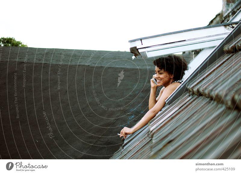 Raucherpause Mensch Jugendliche Erholung Erwachsene Fenster 18-30 Jahre feminin sprechen Gesundheit Luft Wohnung Häusliches Leben Perspektive Kommunizieren Dach