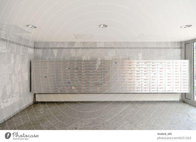 220 Briefkästen im Mehrfamilienwohnhaus Post Porto Briefkasten Versenden Werbung Postbote Briefträger Farbfoto Kommunizieren Menschenleer Wand Haus Metall