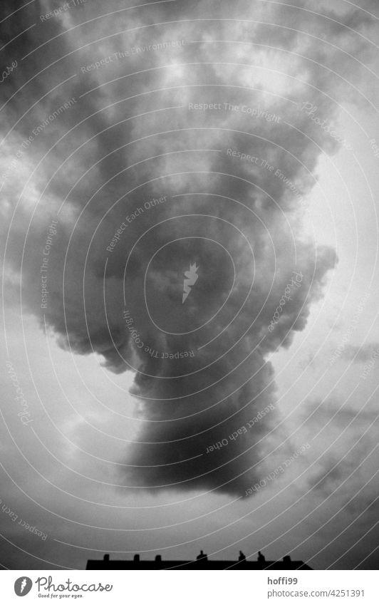 Gewitterwolke über Wohnhaus - es braut sich was zusammen bedrohlich dunkel düster Regen Unwetter Unwetterwolken unwetterfront Hagel Blitz Donnern Klimawandel