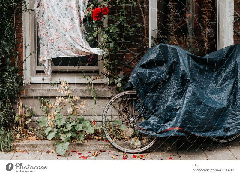 undercover 2 Fahrrad verdeckt Fahrradschutz Fahrradabdeckung Plane Wege & Pfade gehweg Stillstand Pause Verkehrswege Verkehrsmittel Mobilität parken Fenster