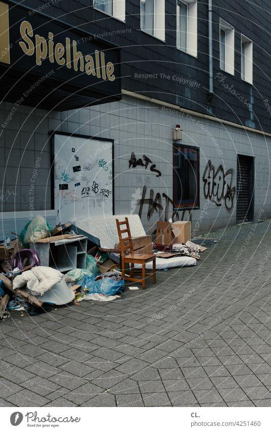 wie gewonnen, so zerronnen Spielhalle Spielkasino Glück pech Glücksspiel Spielsucht Müll sperrmüll trist Straße Stuhl symbolisch verlust grau entrümpelung