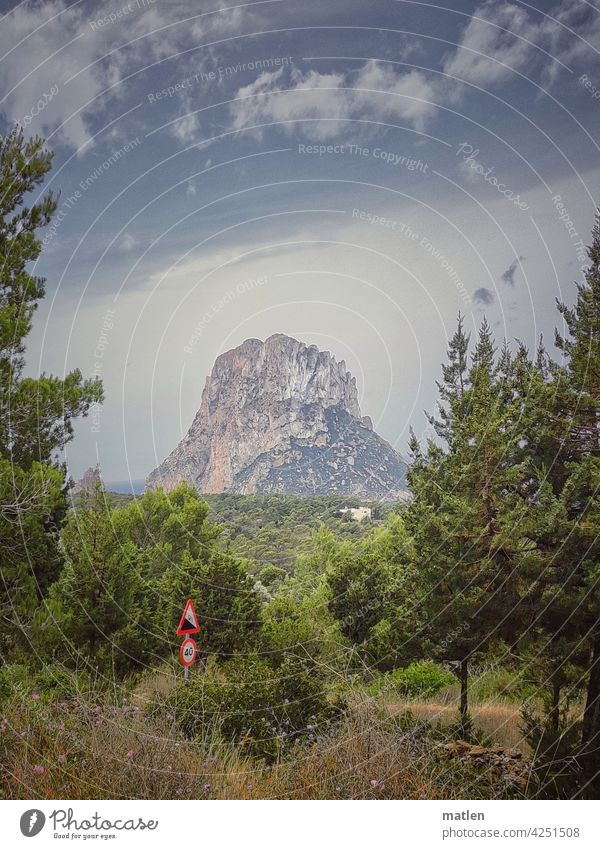 Steigung 12 % Landschaft Berg Klippe Wald Strassenschild Meer Himmel schönes Wetter Ibiza isla de es vedra