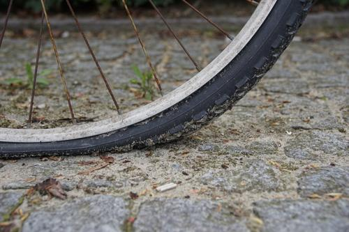 Fahrrad hat einen platten Reifen Fahrradreifen Felge Luft raus kaputt Fahrradfahren Fahrradtour Fahrradpneu Profil Loch Ventil