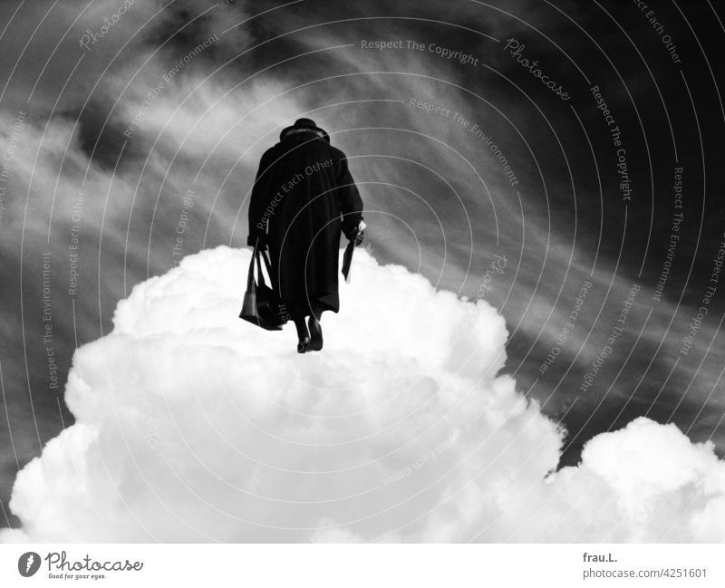 Endgültige Rückkehr – sie werden sich finden alt reisen Montage Frau Mantel Hut gebeugt Handtasche Mensch allein Fotomontage Wolke