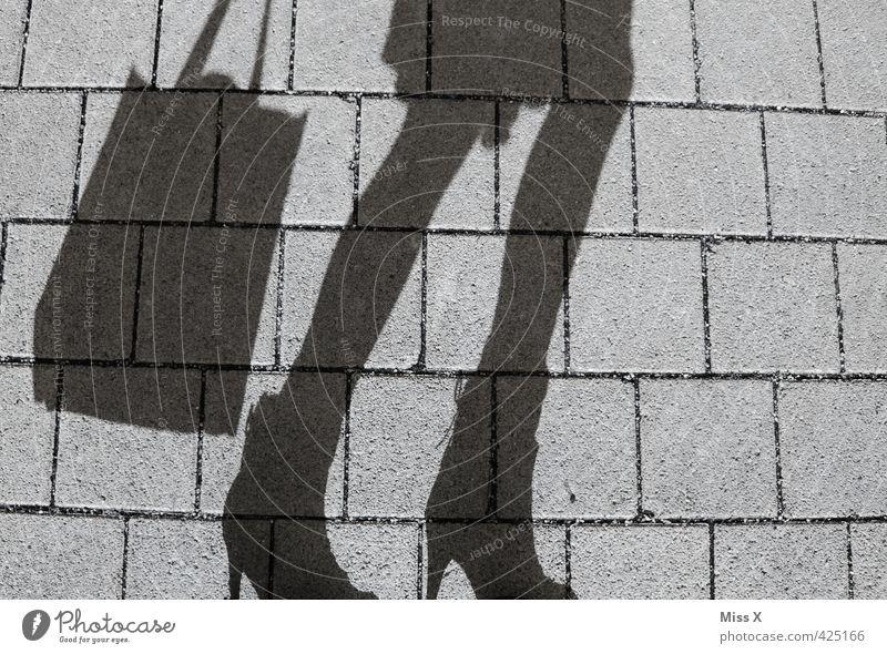 Tschüss, ich geh jetzt shoppen Mensch Jugendliche Erwachsene 18-30 Jahre feminin Beine gehen kaufen Kleid Rock Stiefel Tasche Tüte anonym Konsum Einkaufstasche