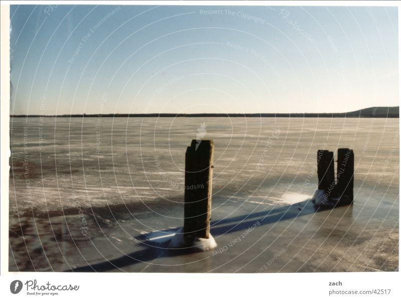 Frostsee Wasser Winter Ferien & Urlaub & Reisen Einsamkeit kalt Berlin Holz See Eis Küste groß Horizont Frost gefroren Seeufer Pfosten