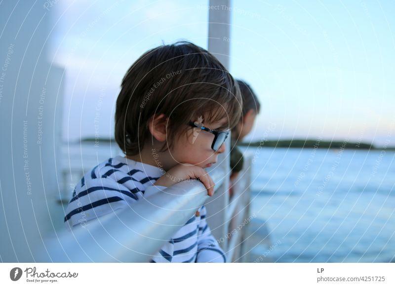 Porträt eines Kindes mit Brille und Blick auf das Wasser Schwierigkeiten Einfühlungsvermögen Herausforderung komplex Bedarf beruhigend Verhalten
