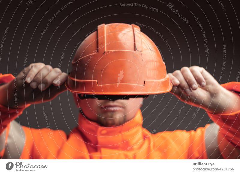 Bahnarbeiter setzt Schutzhelm auf Dienst Gesicht Arbeitsplatz Menschen Schiene Ingenieur jung Hut Arbeiter Job männlich Maschinenbau schützend Beruf Industrie