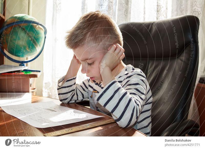 glücklicher Junge denkt über die Lektionen nach Hausaufgabe Tun Kind wenig heimwärts allein Menschen Person Kaukasier Kindheit Bildung lernen Schule Buch