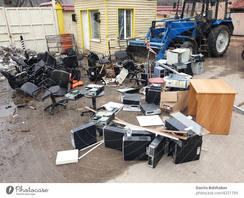 ausrangierte veraltete Systemeinheiten von Computern mit alten Bürostühlen im Müll elektronisch Gerät wiederverwerten Fetzen Abfall Teile Technik & Technologie