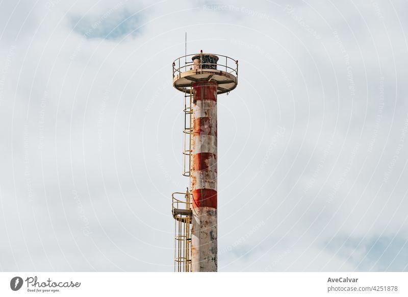 Fabrik Schornstein Close up mit einem hellen Himmel mit Kopie Raum, Konzept Verschmutzung Chemikalie Klima Verunreinigung umgebungsbedingt Brennstoff Gas