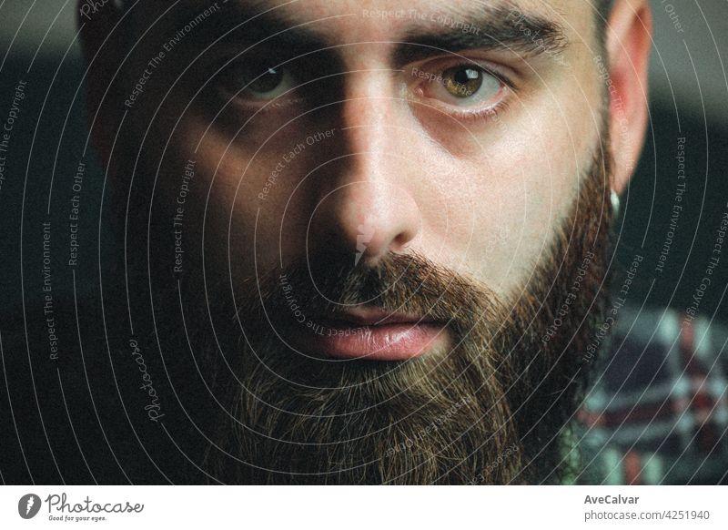 Junge Hipster-Mann mit Bart und ein kariertes Hemd mit Schatten und Kopie Raum, Porträt psychische Gesundheit Konzept Lebensstile mental Erholung männlich