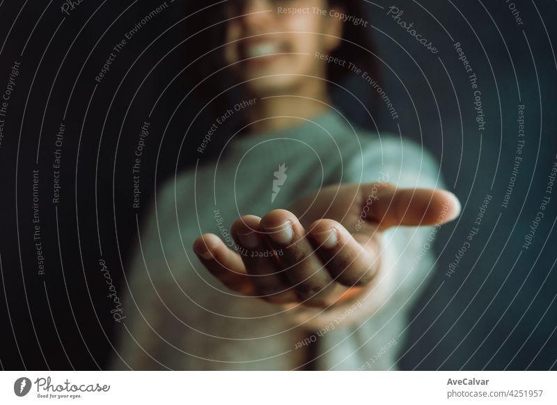 Frau gibt Hände in die Kamera, Hilfe und Selbsthilfe-Konzept, psychische Gesundheit Beratung Hilfsbereitschaft mental geduldig Problematik psychologisch