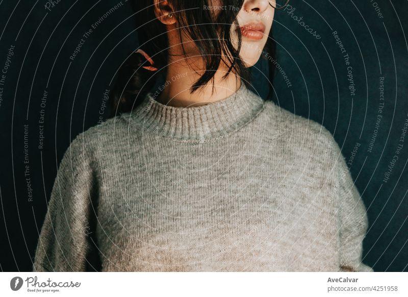 Nahaufnahme einer Frau mit einem orangefarbenen Licht, Kopie Raum psychische Gesundheit Konzept Beratung Hilfsbereitschaft mental geduldig Problematik
