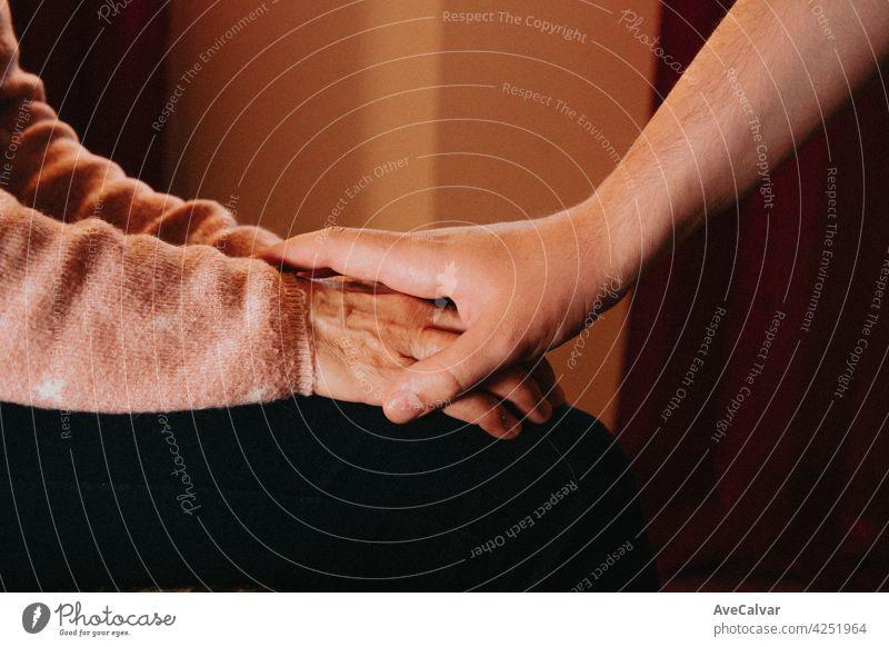 Menschen halten Hände einer älteren Frau, Selbsthilfe und Depression Konzept, minimale Kopie Raum Beratung Hilfsbereitschaft mental geduldig Problematik