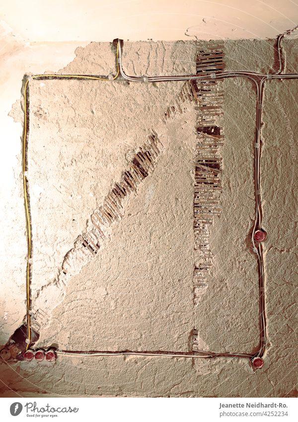 Baustelle - Work in Progress Wand Altbau renovierung Mauer Modernisierung Renovieren Raum Altbauwohnung Textfreiraum Steckdose Kabel Menschenleer Handwerk