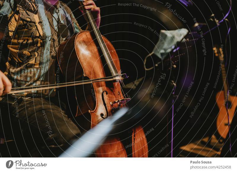 Musiker spielt Cello Musikinstrument musizieren Innenaufnahme Kunst Farbfoto Konzert Streichinstrumente Saite Orchester Detailaufnahme Schatten Klassik