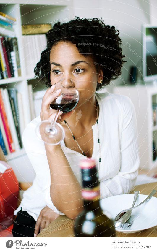 Wein Jugendliche Einsamkeit Erholung Junge Frau ruhig Erwachsene 18-30 Jahre Traurigkeit Stil Gesundheit träumen Stimmung elegant genießen Pause Sehnsucht