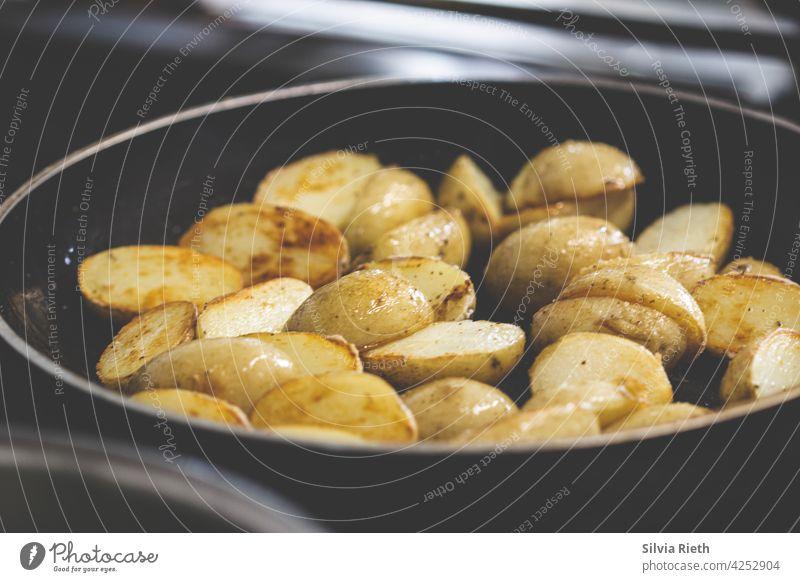 Kartoffeln mit Schale werden in einer Pfanne gebraten gebratene Kartoffeln lecker Lebensmittel Ernährung Bioprodukte Mittagessen Essen Vegetarische Ernährung