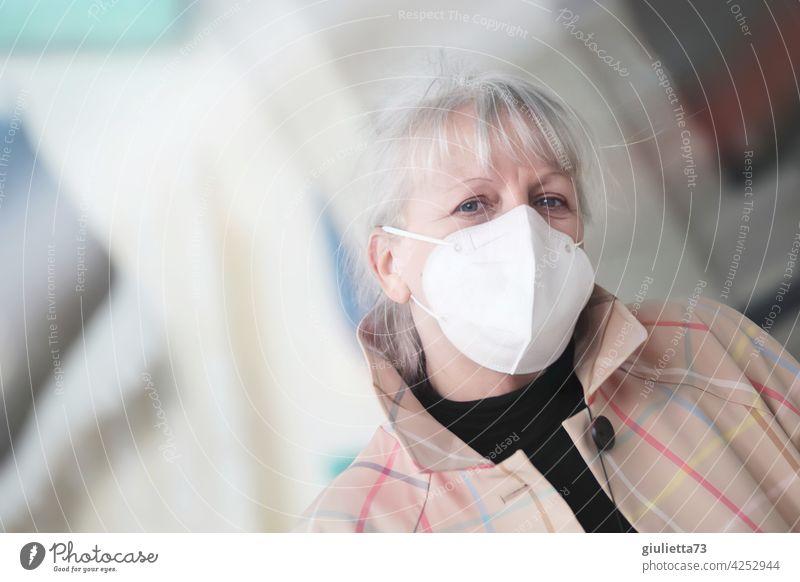Porträt einer sympathischen, älteren Frau mit weißen Haaren und FFP2-Maske | corona thoughts 1 Mensch Erwachsene Senior 45-60 Jahre 50-60 Jahre 50+ 60+
