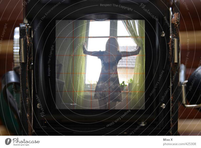 TTV Fotokamera Technik & Technologie Fortschritt Zukunft Mensch feminin 1 18-30 Jahre Jugendliche Erwachsene Fenster alt Nostalgie analog Kamerawurf Kleid