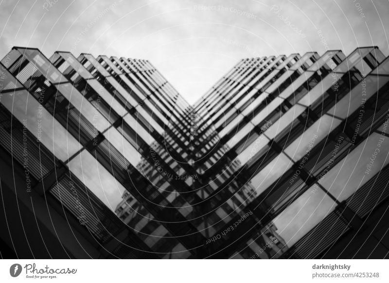Moderne Fassade aus Glas in mehreren Etagen Haus Steine werfen im sollte nicht mit Steinen sitzt Architektur Büro Verwaltung architektur innenstadt city haus