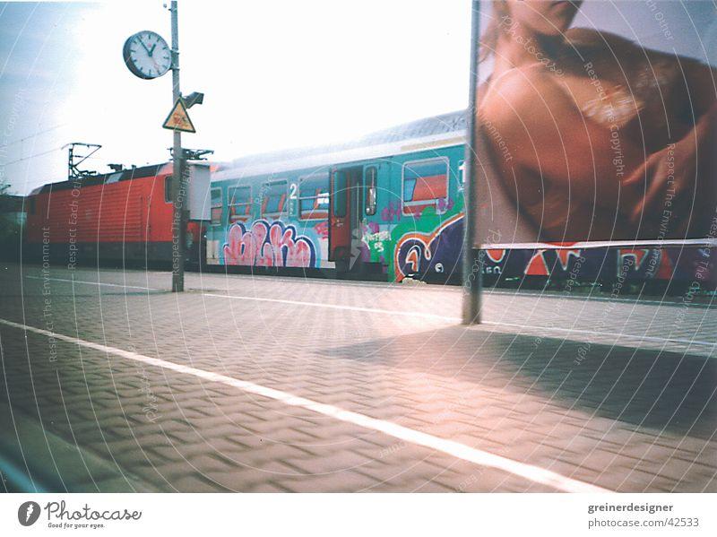 abfahrt Bahnfahren Eisenbahn Bahnsteig Werbung Plakat Uhr Verkehr Bahnhof Lomografie Perspektive Abfahrt Tür