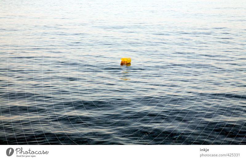 Wasserkanister blau Meer Ferne gelb klein Schwimmen & Baden Wellen Urelemente Kunststoff Mitte Schifffahrt Umweltverschmutzung Feierabend Boje Kanister