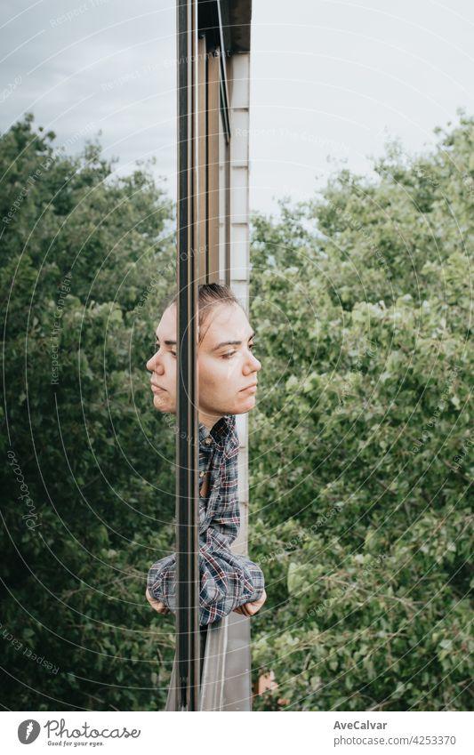 Frau besorgt, während das Fenster in der Stadt während eines Frühlingstages, psychische Gesundheit Konzept Angst Frustration Problematik traurig Traurigkeit