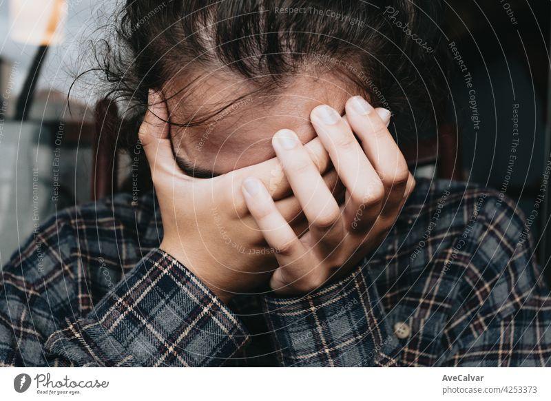 Frau besorgt, während das Fenster in der Stadt während eines Frühlingstages, psychische Gesundheit Konzept Beratung Hilfsbereitschaft mental geduldig