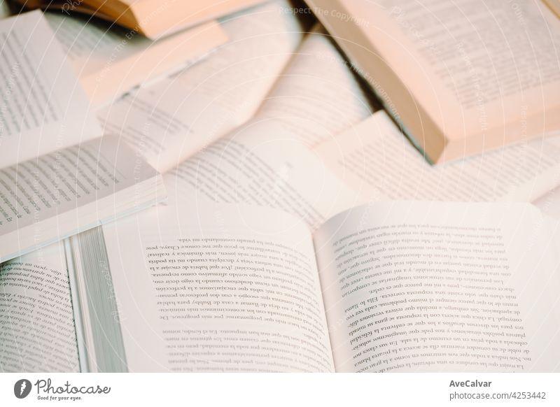Nahaufnahme von einem Haufen Bücher Hintergrund mit Kopie Raum minimal und Lesen Konzept Buch Bildung Person Bibliothek Literatur offen Page lesen Schule