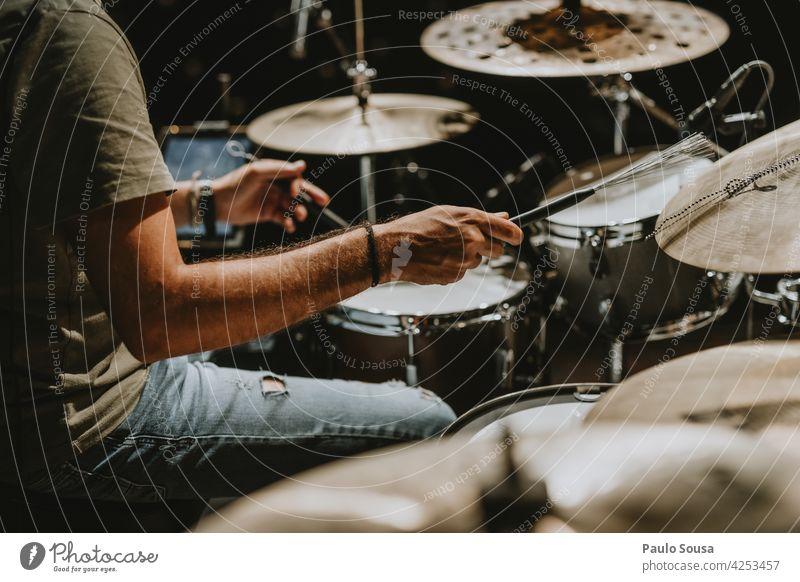 Nahaufnahme Musiker spielt Schlagzeug Trommel Schlagzeuger Musikinstrument Rhythmus Innenaufnahme Trommelschlegel schlagen Konzert Klang Stöcke Mann Instrument