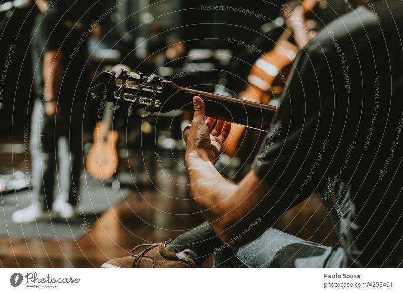 Nahaufnahme Hand spielt Gitarre Gitarrenspieler Musik Musikinstrument Gitarrensaite akustisch Streichinstrumente Holz Saite musizieren Musiker Klang