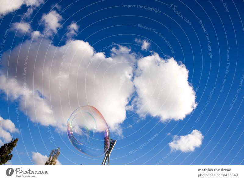 SEIFENBLASE II Luft Himmel Wolken Sonne Schönes Wetter Baum fliegen Schweben Seifenblase stadionlicht Flutlicht mauerpark Kindheit Spielen Freude schön Kitsch