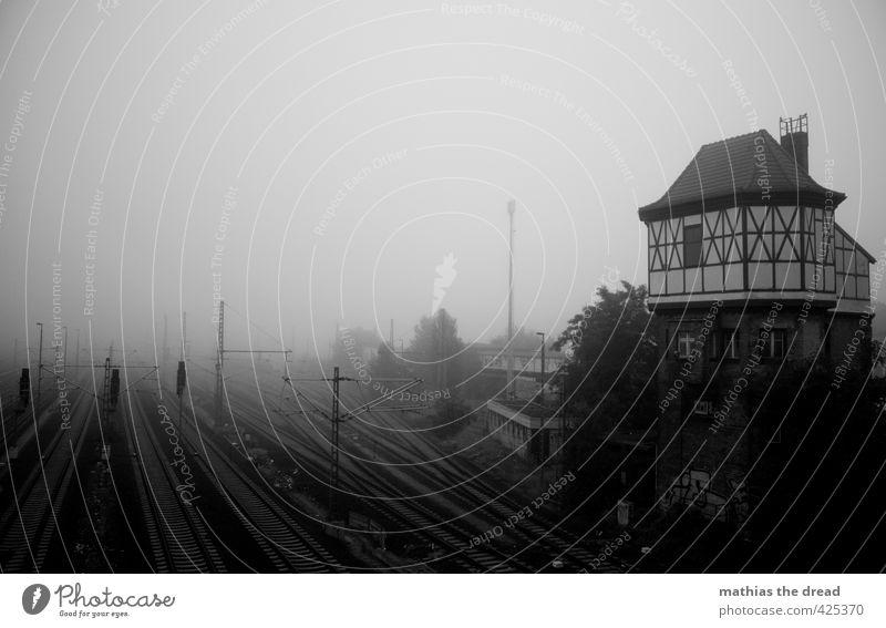 AM MORGEN Haus dunkel Architektur Gebäude dreckig Nebel Verkehr trist bedrohlich Güterverkehr & Logistik Bauwerk Verkehrswege Bahnhof Dunst Weiche