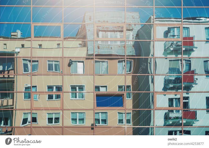 Übersicht Glasfassade Teile u. Stücke gegenüber Farbfoto Außenaufnahme bizarr verrückt verschoben viele Stadt eckig Fenster Fassade Haus Wolkenloser Himmel