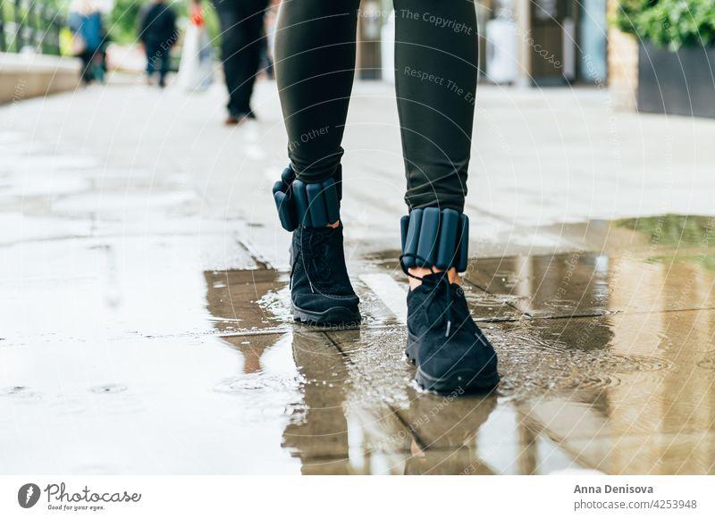 Frau läuft im Stadtgebiet rennen Frau joggt Joggen im Freien Jogger Sport Läufer Erwachsener Training Stauanlage Knöchelgewichte Großstadt Knöchel-Armreifen