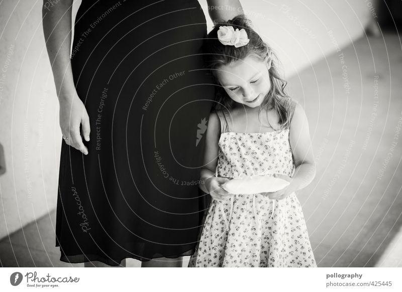 be careful Mensch Kind Mädchen Blume Freude ruhig Erwachsene Leben Gefühle feminin Glück Körper Kindheit Zufriedenheit Fröhlichkeit Lebensfreude