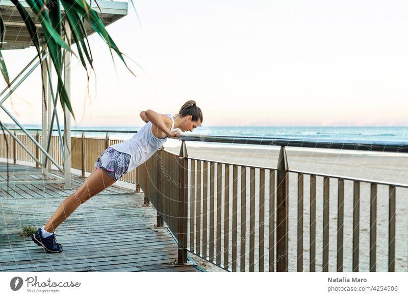 Junge schöne sportliche Frau macht Übungen am Strand Wasser Person Sport Fitness Sommer Natur Sonne Frühling Training passen Lifestyle Gesundheit jung MEER