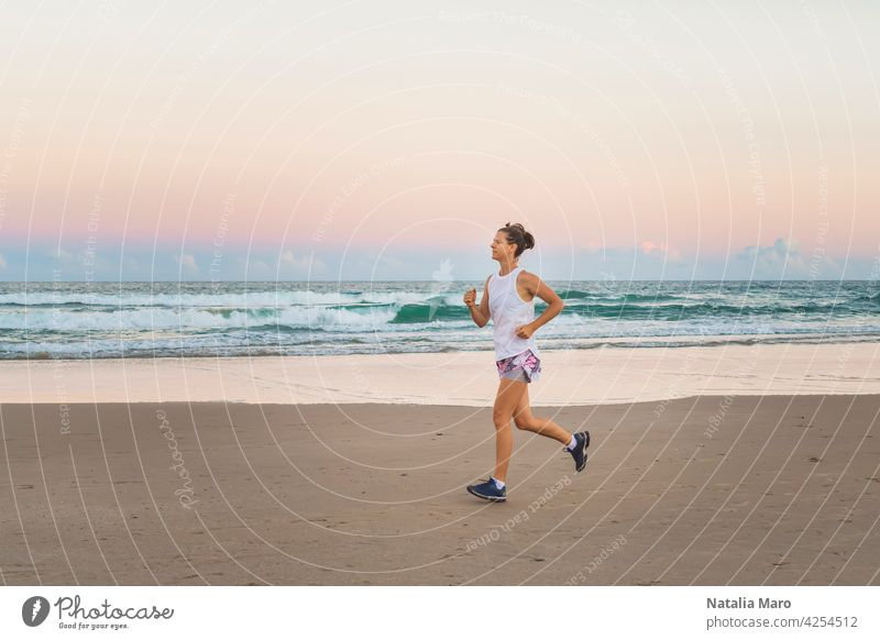 Junge schöne sportliche Frau macht Übungen am Strand Wasser Person Sport Fitness Sommer Natur Frühling Training passen Lifestyle Gesundheit jung MEER Athlet