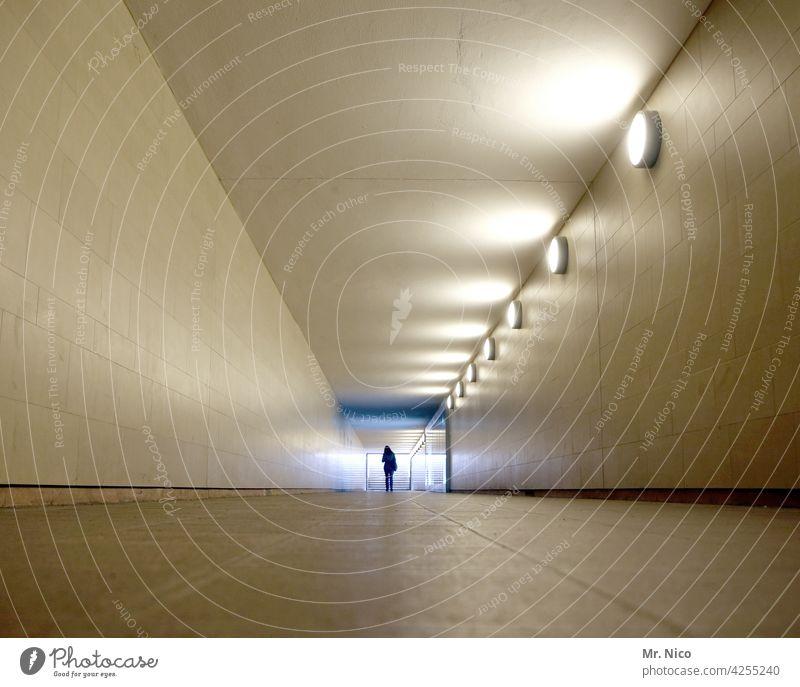 im Tunnel Licht Architektur Unterführung Fußgänger Wege & Pfade Tunnelblick Lichtblick Durchgang Untergrund Gang U-Bahn Einsamkeit Symmetrie Beleuchtung