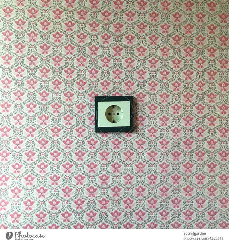 Was passiert, wenn Chuck Norris mit nassen Fingern an der Steckdose rumfummelt? Strom Tapete zuhause vintage alt minimalistisch Muster altmodisch Wand mittig