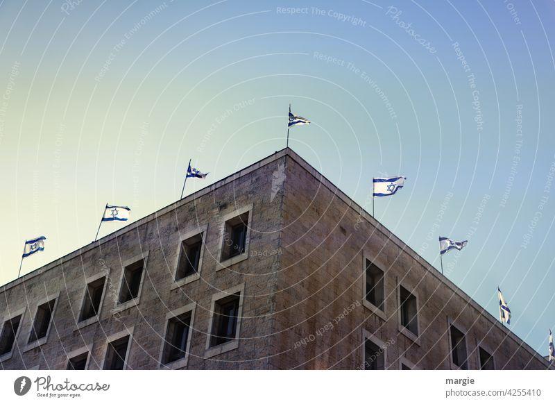 Regierungsgebäude in Jerusalem (Israel) mit Nationalflaggen Fahne Judentum Gebäude Religion & Glaube Nationalfeiertag Sehenswürdigkeit Ferien & Urlaub & Reisen
