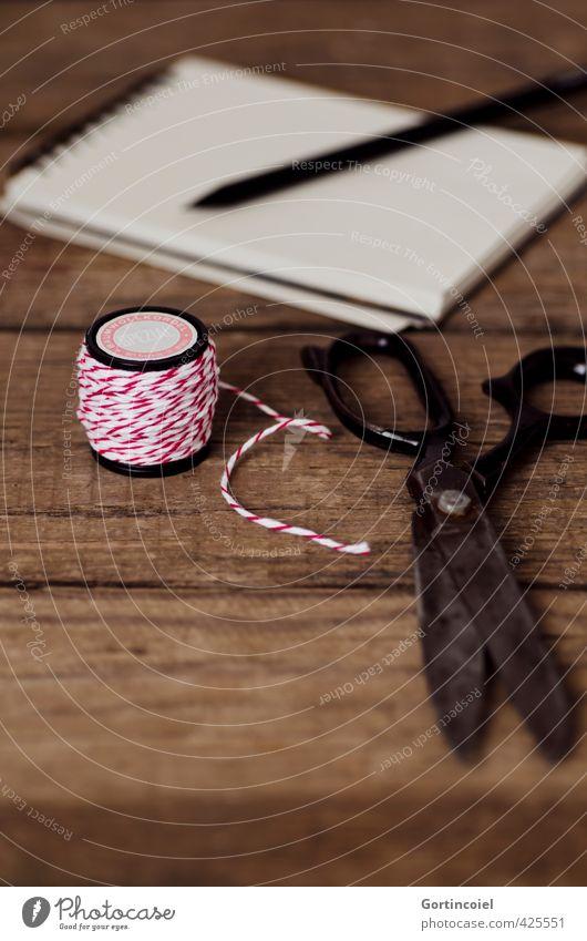 Zwirn alt Schnur Papier Schreibstift Nähgarn Zettel altehrwürdig Schere Handarbeit rot-weiß