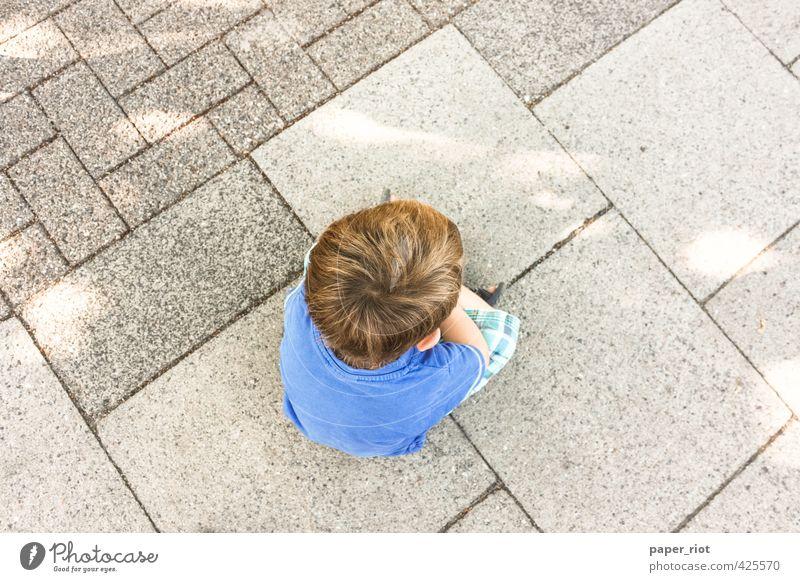 eingeschnappt Mensch Kind blau Erholung Leben Straße Gefühle Junge klein Denken Stein Kopf träumen maskulin Kindheit sitzen