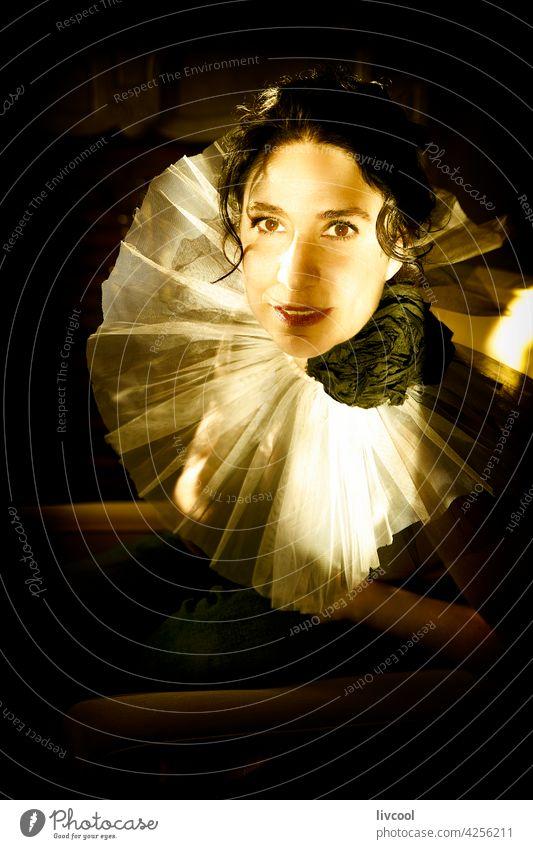 frau in der dunkelheit, spanien Frau Gesicht Tüll romantische Haltung Tüllkragen Licht & Schatten Sitz Innenbereich Porträt Lächeln Glück heimwärts nostalgisch