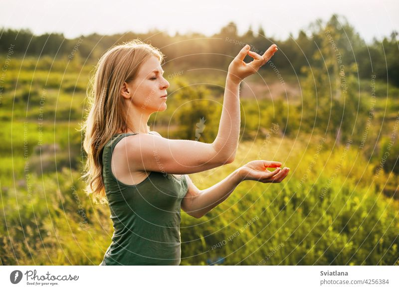 Schöne Blondine macht Yoga an der frischen Luft. Das Konzept der geistigen Gesundheit und gesunden Lebensweise jung Frau Asana im Freien Natur