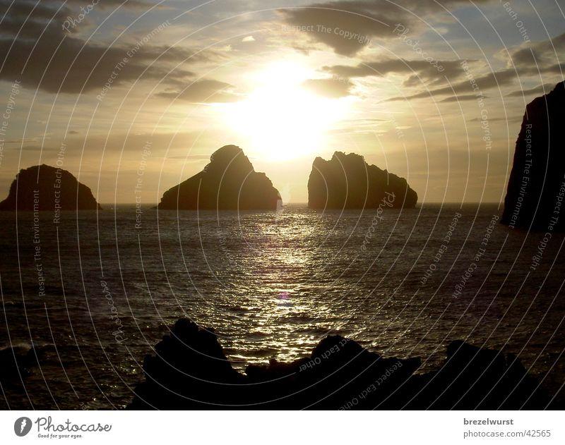 kitschiger Sonnenuntergang Meer Küste Kitsch Dämmerung Felsen Ferne Himmel vestmannaeyar Vestmannaeyjar Inseln romatisch Abend Berge u. Gebirge Wasser